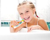 Meisje in badkamer — Stockfoto
