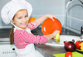 Little girl washing the dishes — Стоковое фото