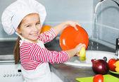 Petite fille, laver la vaisselle — Photo