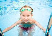 Niña en piscina — Foto de Stock