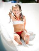 Petite fille au parc aquatique — Photo