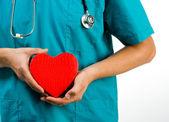 Médecin détenant un symbole du coeur — Photo