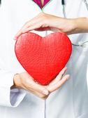 Doctor en medicina celebración rojo corazón — Foto de Stock