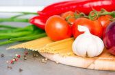 свежие овощи и сырые макароны — Стоковое фото