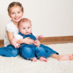 duas irmãs, sentado no chão — Foto Stock