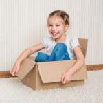 menina dentro de uma caixa — Foto Stock