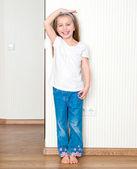 Küçük kız büyüme ölçer — Stok fotoğraf