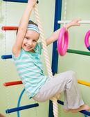 快乐的小女孩,在首页的健身房 — 图库照片