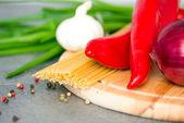 Las verduras frescas y pastas crudas — Foto de Stock