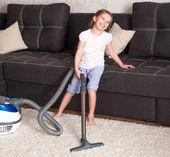 Küçük kız oda temizliği — Stok fotoğraf