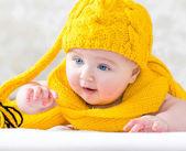 黄帽子的女孩 — 图库照片