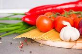 新鲜的蔬菜和原料意大利面 — 图库照片