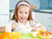 Menina tomando seu café da manhã — Foto Stock