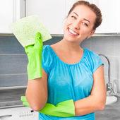 Frau reinigt die küche — Stockfoto