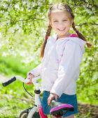Kleines mädchen auf ihrem fahrrad — Stockfoto