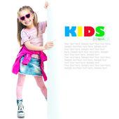 Mode flicka bakom en vit tavla — Stockfoto