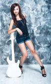 Pięknej piosenkarki z gitarą — Zdjęcie stockowe