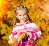 Lachende schattig meisje tegen de bladeren — Stockfoto