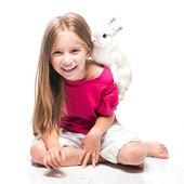 Holčička s její králík — Stock fotografie