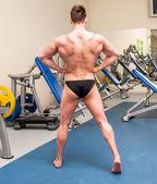 Atlético construido deportista en el gimnasio — Foto de Stock