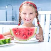 Liten flicka äter vattenmelon — Stockfoto