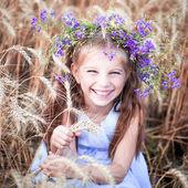 Belle petite fille dans un champ de blé — Photo