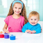 Two sisters draw finger paints — Stock Photo