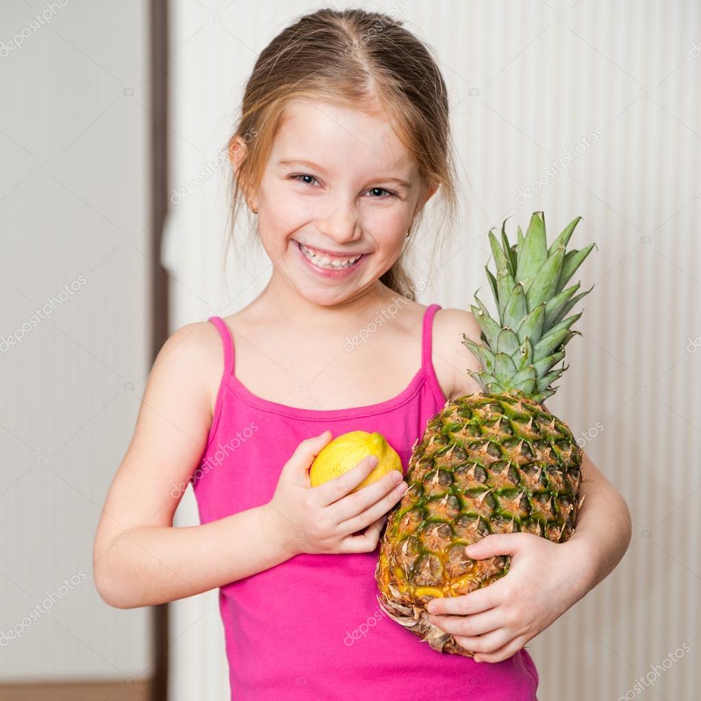 小女孩与菠萝和柠檬
