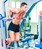 運動競技、ジムでスポーツマンを構築 — ストック写真