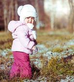 Little girl enjoys the arrival of winter — Stock Photo
