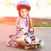 可爱的小女孩在头盔 — 图库照片