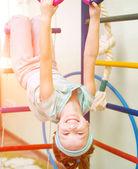 Petite fille à anneaux gymnastique — Photo