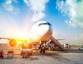 Vliegtuig en de luchthaven — Stockfoto