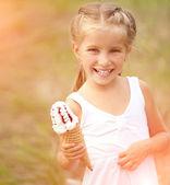 Dondurma ile küçük kız — Stok fotoğraf