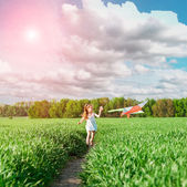 Cute little girl flies a kite — Stock Photo