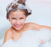Klein meisje is het nemen van een bad — Stockfoto