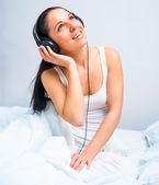 音楽を聴いている美しい女の子 — ストック写真