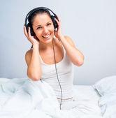 красивая девушка, слушать музыку — Стоковое фото