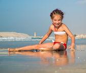 Niedliche kleine mädchen am strand — Stockfoto