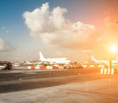 Planes and the airport in the setting sun — Foto Stock