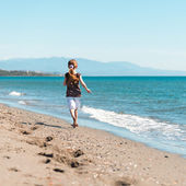 Cute little girl walks on beach — Stock Photo