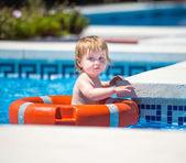Bebé con cabo de salvamento en piscina — Foto de Stock