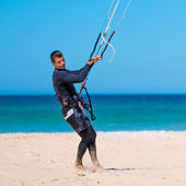 Handsome athlete prepares his kite — Stock Photo