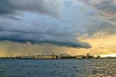 Nuages d'orage au-dessus de saint-pétersbourg — Photo