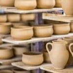 Shelves with ceramic dishware — Stock Photo