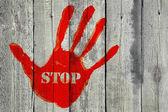 Handprint con la parola ' stop ' sullo sfondo di recinzione in legno vecchio — Foto Stock