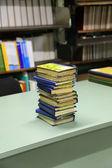 Masanın üzerinde kitap yığını — Stok fotoğraf