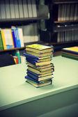 Pila di libri sul tavolo — Foto Stock