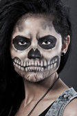 Gün ölü maske kafatası içinde genç bir kadın. cadılar bayramı yüz sanat — Stok fotoğraf