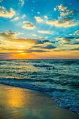 Dubai mar y playa, hermosa puesta de sol en la playa — Foto de Stock
